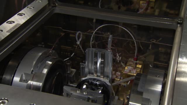 vídeos de stock e filmes b-roll de reveal of silicon sphere - the roundest object on earth - silício