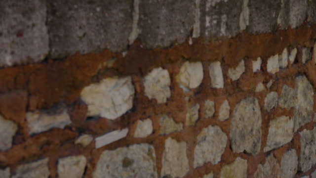 vídeos de stock, filmes e b-roll de reveal tilt of the theodosian walls of constantinople - istambul