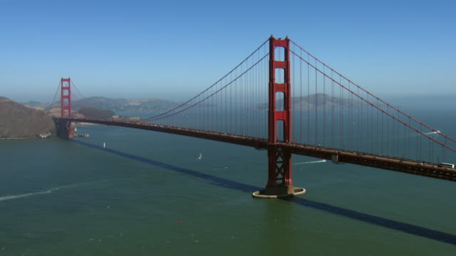 vídeos y material grabado en eventos de stock de revealing golden gate bridge in san francisco - puente colgante