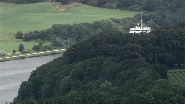 enthüllt schiff am nord-ostsee-kanal - luftbild - schleswig-holstein, deutschland - schleswig holstein stock-videos und b-roll-filmmaterial