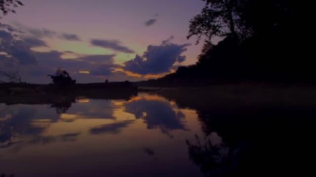 stockvideo's en b-roll-footage met onthullende zonsondergang tussen de bomen op de potomac rivier in maryland - potomac rivier