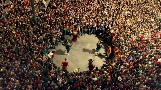vídeos y material grabado en eventos de stock de revelers gather around 'nans vells' old dwarves in catalan during the first day of 'la patum' festival on june 20 2019in berga spain the patum... - enano