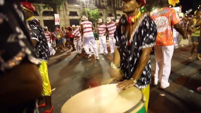 vidéos et rushes de revelers march in a street 'bloco' parade during carnival festivities on mar 1, 2014 in rio de janeiro, brazil. - rio de janeiro