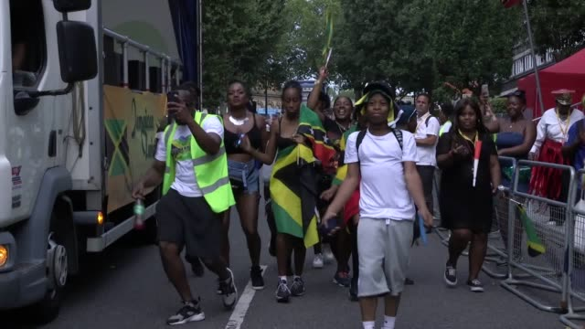 revellers have been soaking up the sunshine at what is thought to be one of the hottest notting hill carnivals ever the streets along the route in... - weather stock videos & royalty-free footage