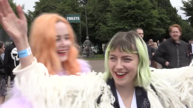 vídeos de stock, filmes e b-roll de revellers speak about who they're wanting to see at trnsmt festival footage of crowds - festivaleiro