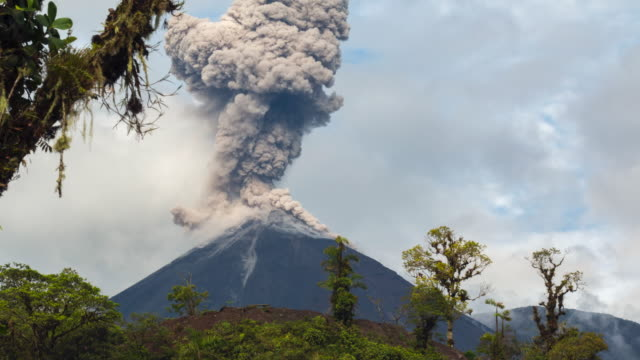 vídeos y material grabado en eventos de stock de reventador volcano, ecuador erupting - erupcionar