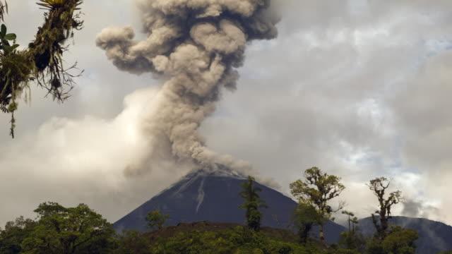vidéos et rushes de reventador volcano, ecuador erupting - entrer en éruption