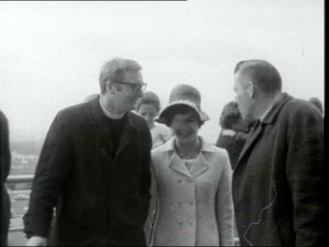 reverend ian paisley and reverend william beattie arrive at stormont northern ireland belfast stormont ms paisley and beattie arrive cms paisley lr... - イアン ペイズリー シニア点の映像素材/bロール