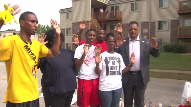 wgn reverend jesse jackson meets with people near memorials on canfield drive where michael brown was shot by a police officer in ferguson mo - mord stock-videos und b-roll-filmmaterial