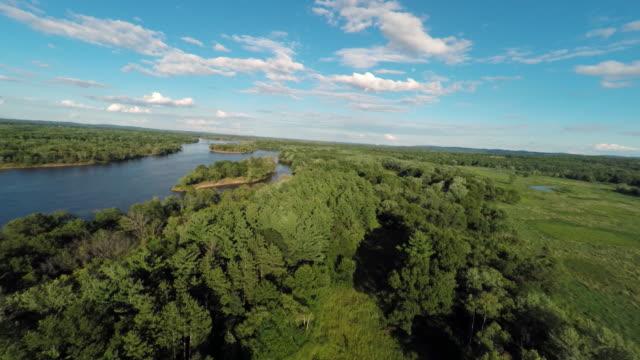 vídeos de stock, filmes e b-roll de reverse aerial view of the wisconsin river - invertebrado