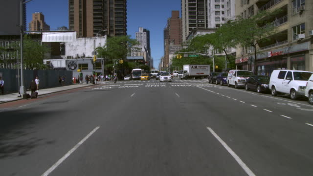 reverse pov time lapse of turning from 57th street to 2nd avenue  in new york city - 乗物後部から見た視点点の映像素材/bロール