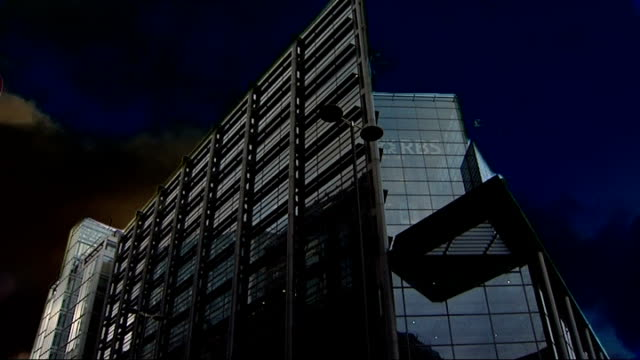 review of banking practices announced / anger over possible bonus payouts for bank staff; r19010908 graphicised sequence rbs headquarters building... - itv weekend late news点の映像素材/bロール