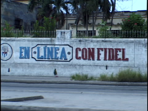 ms, revolutionary text on wall, havana, cuba - palma nana video stock e b–roll