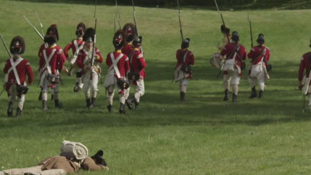 revolutionary war battle reenactment - battle stock-videos und b-roll-filmmaterial