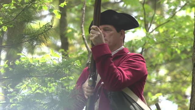 revolutionary war redcoat firing musket - army soldier stock-videos und b-roll-filmmaterial