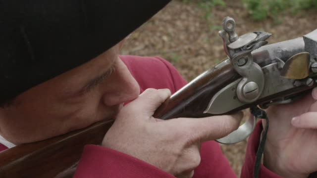 vídeos y material grabado en eventos de stock de revolutionary war soldier aiming musket with finger on the trigger - tricornio