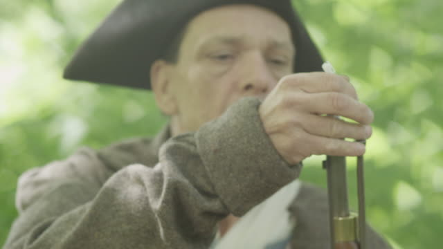 stockvideo's en b-roll-footage met revolutionary war soldier firing musket - geweer