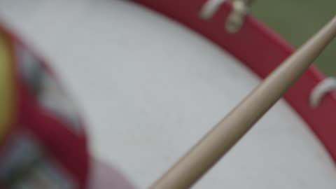 a revolutionary war soldier uses drumsticks to beat a snare drum. - musikinstrument bildbanksvideor och videomaterial från bakom kulisserna