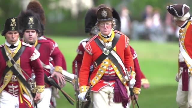 revolutionary war soldiers running across field - krieg stock-videos und b-roll-filmmaterial