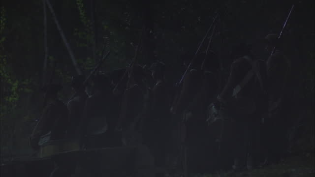 vidéos et rushes de revolutionary war soldiers unload supplies onto the dock in pennsylvania. - animaux au travail