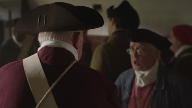 vídeos y material grabado en eventos de stock de revolutionary war soldiers wearing tricorn hats talk together in a tavern. - tricornio