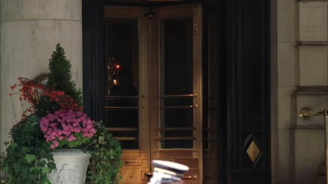 vídeos y material grabado en eventos de stock de ms td revolving door into hotel lobby with valet at entrance / manhattan, new york, usa - hospitalidad