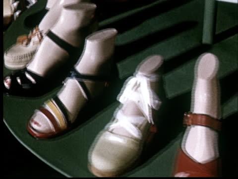 vidéos et rushes de cu, ha, revolving shoe display - groupe moyen d'objets