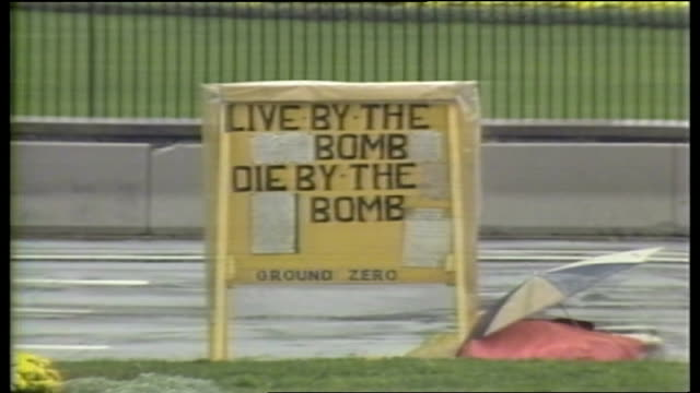 soviet summit ends in failure; itn usa: washington: ext sign 'live by the bomb, die by the bomb zoom out to exterior of white house - zoom in点の映像素材/bロール