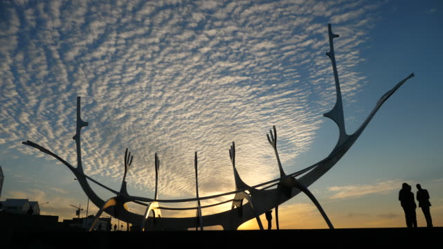 reykjavík, sunset on the sun voyager - sólfar, by jón gunnar árnason, sæbraut road, - nordatlanten bildbanksvideor och videomaterial från bakom kulisserna