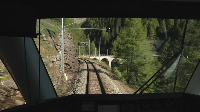 vídeos de stock, filmes e b-roll de rhaetian railway / rhätische bahn - bernina railway - ponto de vista de trem