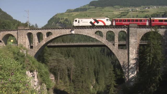 rhaetian railway train across the solis viaduct - lok bildbanksvideor och videomaterial från bakom kulisserna