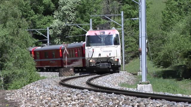 rhaetian railway train close to filisur - railway track点の映像素材/bロール