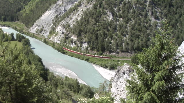 vídeos de stock e filmes b-roll de rhb train runs through the rhine gorge near ilanz - pine