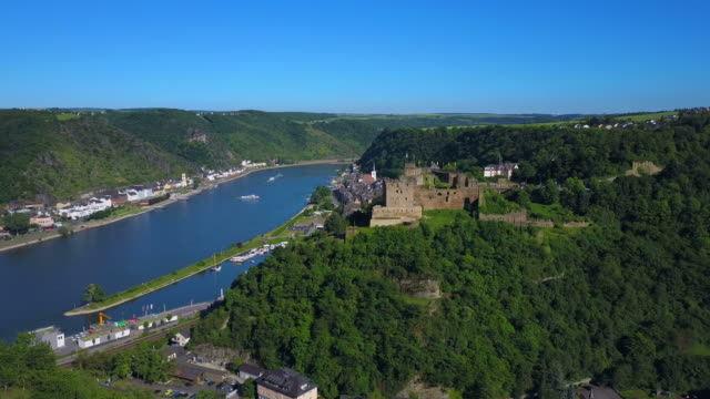 rheinfels castle with view of rhine river against katz castle in st. goarshausen, st. goar, rhineland-palatinate, germany - rhein stock-videos und b-roll-filmmaterial