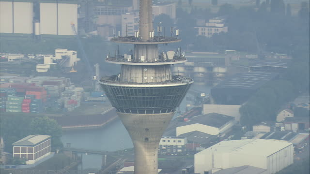 aerial zo rheinturm dusseldorf (telecommunication tower), north rhine-westphalia, germany - デュッセルドルフ点の映像素材/bロール