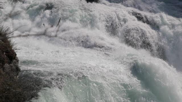 vidéos et rushes de rhin tombe sur la chaîne des cascades - switzerland