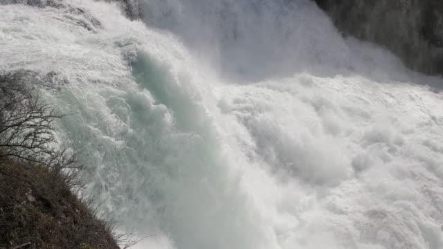 Rhine faller stänk ner stenar