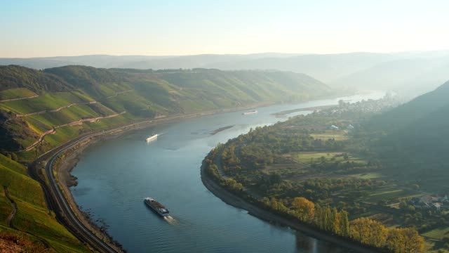 rhine loop boppard at sunrise in autumn, boppard, middle rhine, rhine valley, rheinland-pfalz, germany - rhein stock-videos und b-roll-filmmaterial