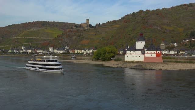 vídeos de stock e filmes b-roll de rhine river with pfalzgrafenstein castle and gutenfels castle in kaub, rhineland-palatinate, germany, europe - divisa