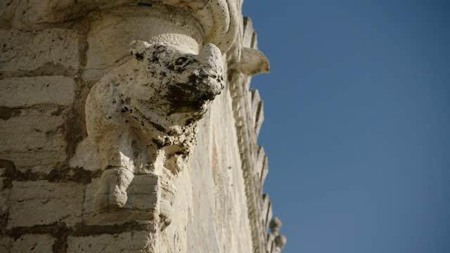 rhinoceros statue on belém tower, portugal - 厚皮動物点の映像素材/bロール