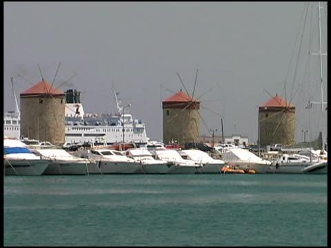 ローデス、ギリシャ:ザーンセ港は、クルーズ船やマリーナ - ロードス島点の映像素材/bロール