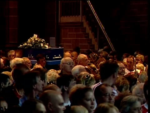 funeral in liverpool cathedral int * * church organ music heard over the following shots sot * * mourners applaud as pallbearers carry coffin along... - kanzel stock-videos und b-roll-filmmaterial