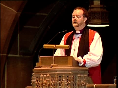 funeral in liverpool cathedral reverend jones speaking from cathedral pulpit sot - kanzel stock-videos und b-roll-filmmaterial