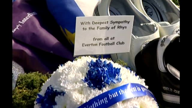 vidéos et rushes de parents appeal; croxteth: ext members of everton football team arriving at site of rhys' death and phil neville laying tribute floral tribute from... - everton
