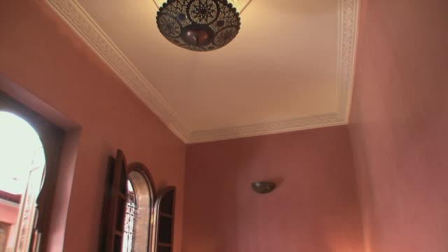 stockvideo's en b-roll-footage met ms td riad second floor bedroom, marrakech, morocco - noord afrika