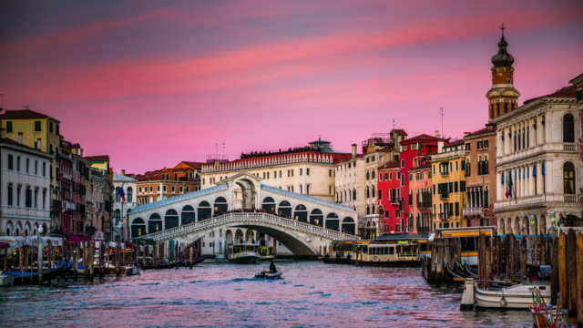 rialto bridge in venice at sunset, italy - venice italy stock videos & royalty-free footage
