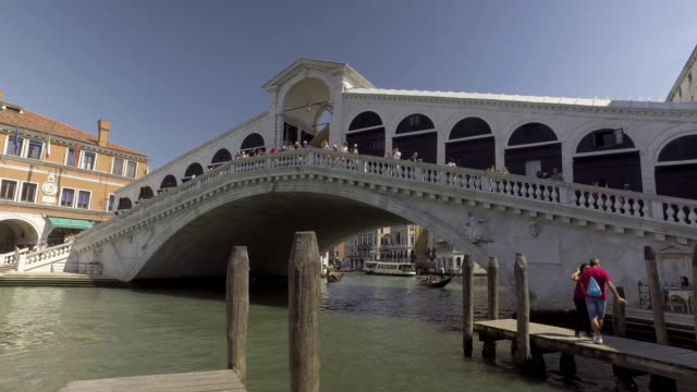 ponte di  rialto bridge - ponte stock videos & royalty-free footage