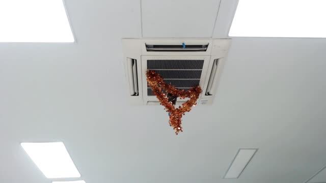 天井空調のリボン - エアコン点の映像素材/bロール