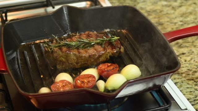 bistecca di ribeye - alla griglia video stock e b–roll