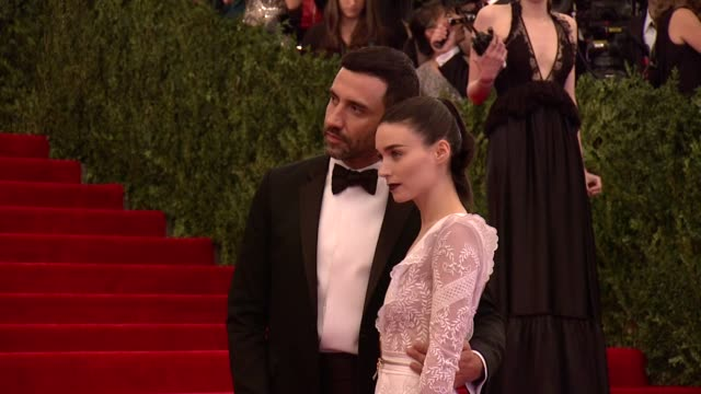 vídeos de stock, filmes e b-roll de riccardo tisci and rooney mara at punk chaos to couture costume institute gala at metropolitan museum of art on may 06 2013 in new york new york - rooney mara